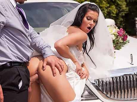 Сексжениха и невесты возле лимузина